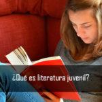 Chica leyendo libro juvenil