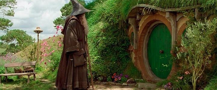 Gandalf marca la puerta de Bilbo